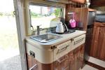 Interier autokaravanu kuchyna